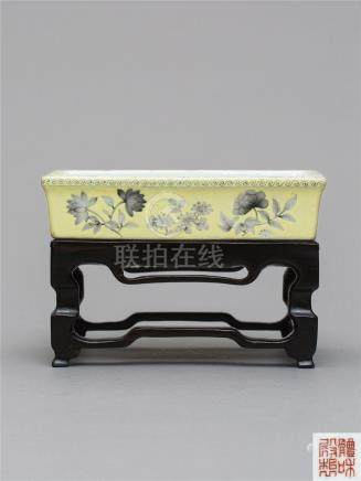 清光绪 光绪黄地墨彩水仙盆  A GRISAILLE AND YELLOW-GROUND NARCISSUS BOWL QING DYNASTY, IRON-RED 'TIHEDIANZHI' MARK, GUANGXU PERIOD