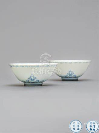 清雍正 青花淡描忍冬纹小碗(一对) A PAIR OF BLUE AND WHITE BOWLS QING DYNASTY, YONGZHENG SIX-CHARACTER MARK AND OF THE PERIOD