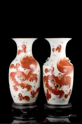 中國 二十世紀 紅瑞獅圖瓷瓶 兩件