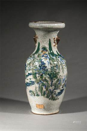 Vase balustre en porcelaine de Nankin décoré d'un paysage montagneux sur glaçure [...]