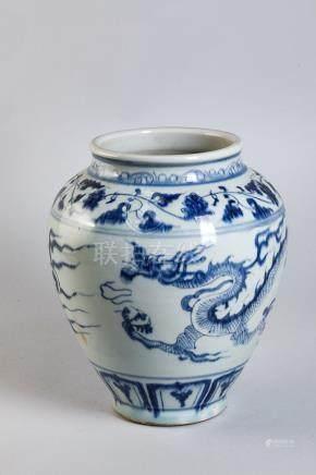 Pot en porcelaine blanche décoré en bleu cobalt sous couverte d'un dragon [...]