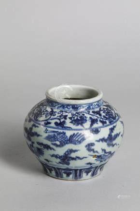 Jarre en porcelaine décoré en bleu cobalt sous couverte de Phoenix en vol, frises [...]