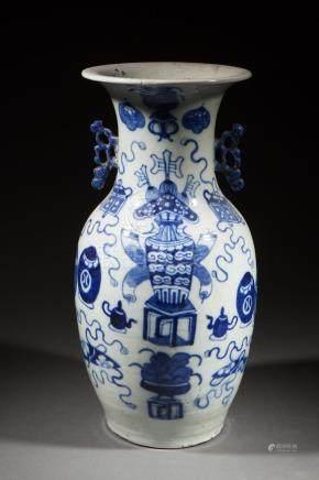 Vase balustre en porcelaine blanche décoré en bleu cobalt sous couverte de vases [...]