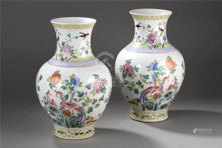 Paire de vases balustre en porcelaine de la famille rose décoré en émaux [...]