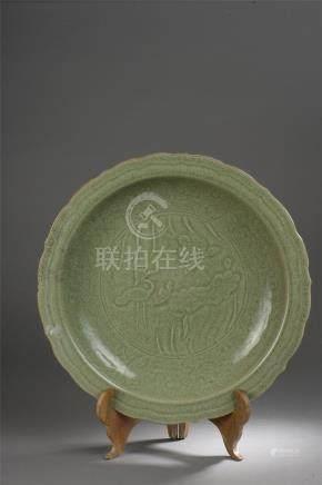Important plat du Longquan à Marli polylobé et décoré en incision sous couvert de [...]