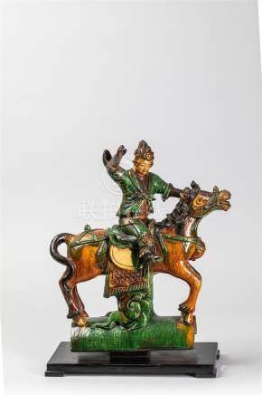 Tuile faitière illustrée d'un cavalier sur sa monture. Céramique à glaçure [...]