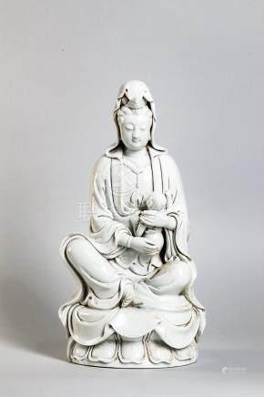 Le Boddhisattva Kwan yin assis en délassement sur un lotus tenant un enfant dans ses [...]
