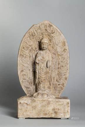 Stèle illustrant Buddha debout sur un tertre quadrangulaire les pieds reposant sur [...]