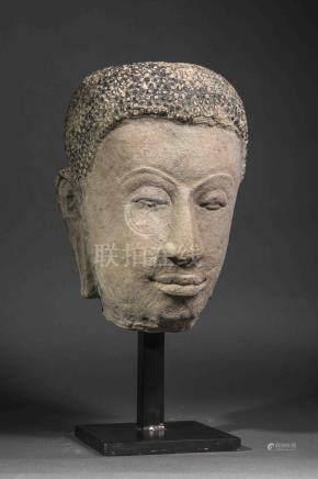 Tête de Buddha exprimant la sérénité, les paupières mi closes préconisant le [...]