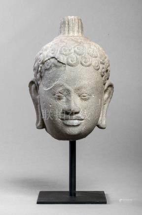 Tête de Buddha à la beauté juvénile les lèvres délicatement dessinées, [...]