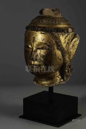 Tête de Buddha coiffée d'une tiare conique étagée à frises perlées surmontée [...]