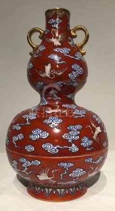Vase double gourde famille rose En porcelaine à fond rouge corail et glaçure [...]