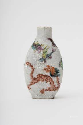 Bottle-shaped snuff bottle - China, Qing dynasty, 18th or 19th century Polychrome porcelain,