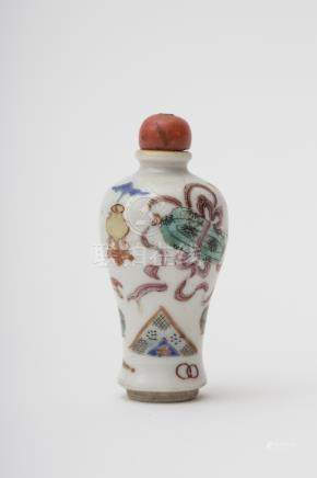 Meiping-shaped snuff bottle - China, Qing dynasty, 19th century Famille rose porcelain with