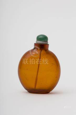 Gourd-shaped snuff bottle - China, Qing dynasty Amber glass from Beijing. Stopper attached H: 5 cm