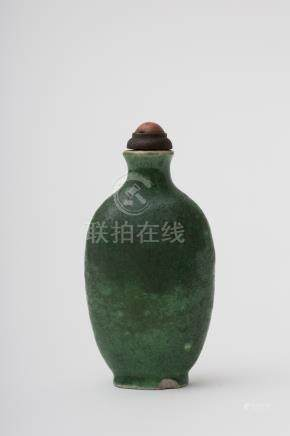 Gourd-shaped snuff bottle Green-glazed craquelure porcelain, no décor. The spatula is copper.