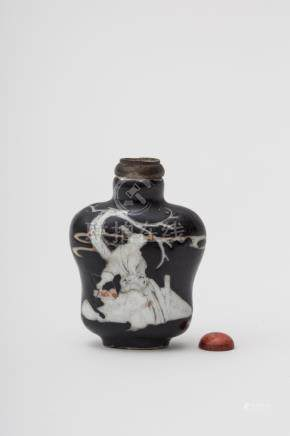 Wide-shouldered snuff bottle - China, Qing dynasty, 19th century Famille noire porcelain,