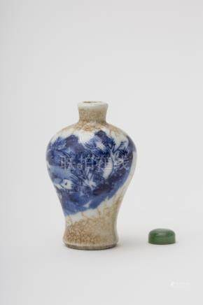 Meiping-shaped snuff bottle - China, Qing dynasty Craquelure porcelain, with underglaze blue décor
