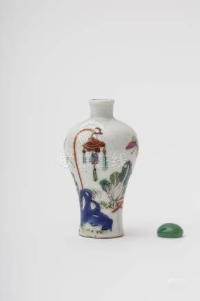 Meiping-shaped snuff bottle - China, Qing dynasty Polychrome porcelain with overglaze décor of a