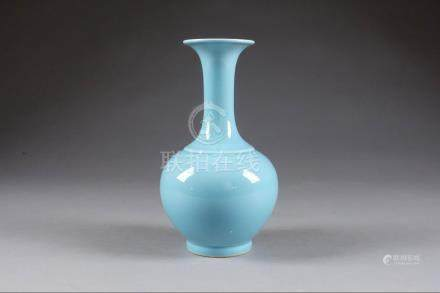 Vase bouteille à Col trompette. Porcelaine de Chine à glaçure bleu turquoise. Marque sigilla
