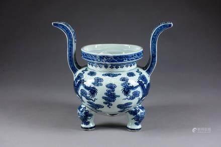 Brûle-Parfum de Forme archaïque. A décor figurant deux dragons entourant la perle précieuse.