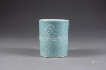 Pot Bitong. A décor moulé de nuages prenant la forme de lingzhis. Porcelaine de Chine à glaç