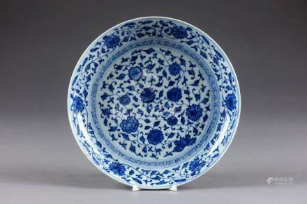 Coupe ronde. A décor de rinceaux de pivoines et de chrysanthèmes, en camaïeu de bleu. Porcel