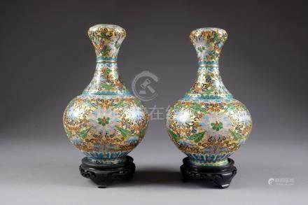 Paire de Vases bouteille. Métal cloisonné, à émaux champlevés, à motifs de rinceaux feuillés