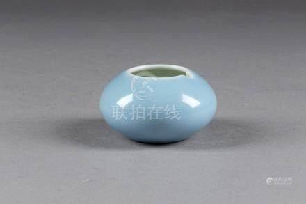 """Pot à Eau de Lettré, de Forme aplatie. Porcelaine monochrome de Chine à glaçure bleue """"nuage"""