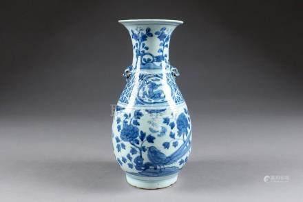 Vase. Col trompette et petites anses figurant des têtes de Chimères. Décor d'oiseaux parmi d