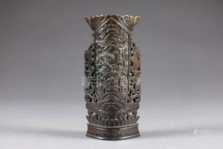 Vase à Col losangé. Face présentant un panneau entouré de deux dragons. Stéatite marron fine
