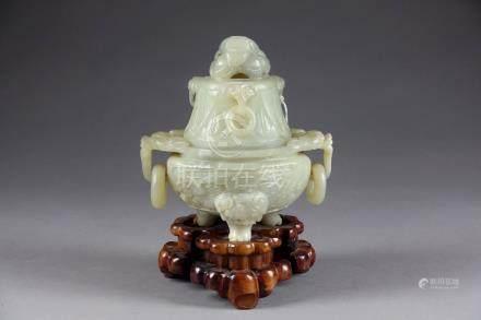 Brûle-Parfum tripode, de Forme archaïque. Pieds griffe. Anses en anneau retenues chacune par