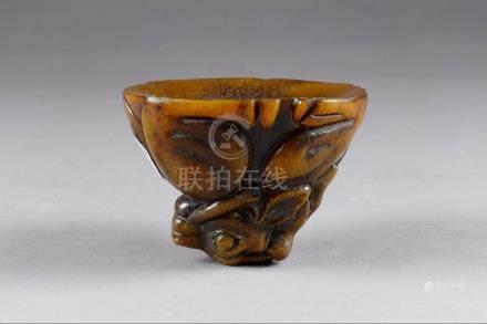 Petite Coupe libatoire. Figurant un cerf recroquevillé sur lui-même. Corne sculptée. Chine.H