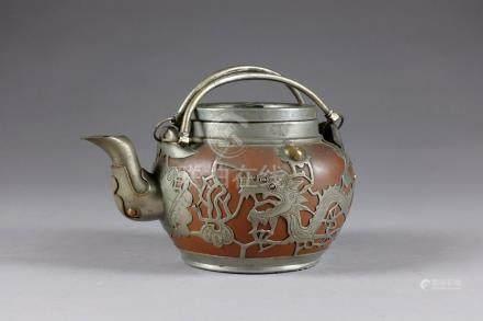 Théière. Terre rouge de Yixing doublée d'une monture métallique ajourée à motifs de dragons