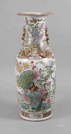 Bodenvase ChinaEnde 19. Jh., ungemarkt, weiß glasiertes Porzellan in üppiger Emailbemalung Famille
