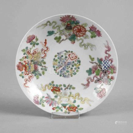 Kleiner TellerChina, 19. Jh., am Boden Sechs-Zeichen-Xuande-Marke, weiß glasiertes Porzellan in