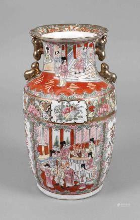 Vase Famille RoseChina, um 1920, am Boden gepinselte Sechs-Zeichen-Marke, weiß glasiertes