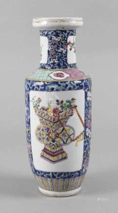 Vase Famille RoseAnfang 20. Jh., ungemarkt, Weißporzellan in kobaltblauer Unterglasurbemalung und