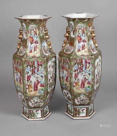 Paar Bodenvasen Famille roseum 1920, ungemarkt, Porzellan in polychromer Emailbemalung mit reicher