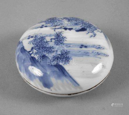 Flache DeckeldoseChina, 19. Jh., im Stil der Quin-Dynastie, am Boden Sechs-Zeichen-Kangxi-Marke,