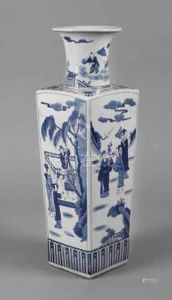 Große Vase ChinaEnde 19. Jh., am Boden Sechs-Zeichen-Kangxi-Marke im Stil der Qing-Dynastie, weiß