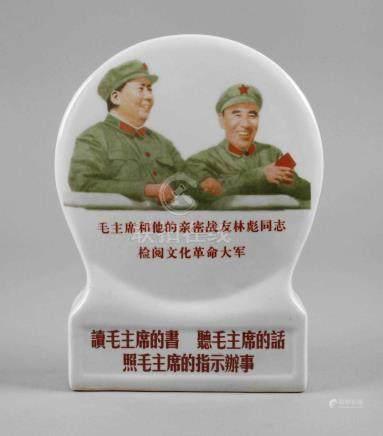 Porzellanaufsteller Propaganda1968, ungemarkt, umfangreich in Rot und Schwarz bezeichnet,