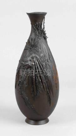 BronzevaseMeiji-Zeit, am Boden ritzsigniert, Bronze gegossen und dunkelbraun matt patiniert,