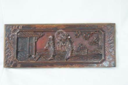CHINE, bas-relief en bois laqué figurant une scène de palais. Taille : 14x36cm