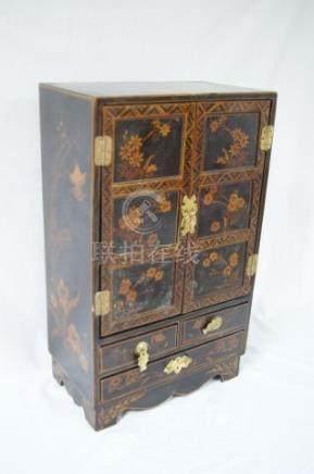 CHINE Coffret en bois laqué. 50 x 30 x 18 cm