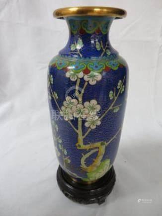 CHINE Vase en métal cloisonné. 16 cm Socle en bois.