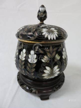 CHINE Pot couvert en métal cloisonné. Haut.: 11 cm Sur son socle.