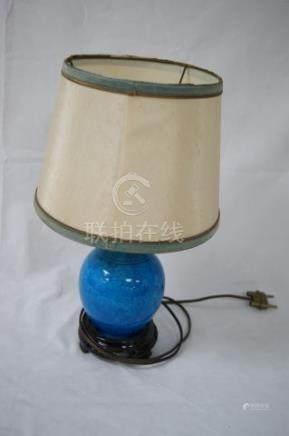 CHINE Vase en porcelaine turquoise en porcelaine bleu. Haut.: 14 cm Avec son abat-jour.