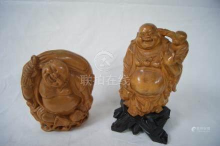 CHINE Lot de deux sculptures en bois, figurant des bouddhas rieurs. Haut.: 16 - 20 cm