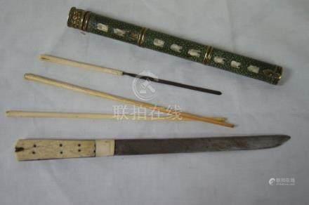 CHINE ensemble en ivoire et ivoirine comprenant une paire de baguettes, un couteau, une lime